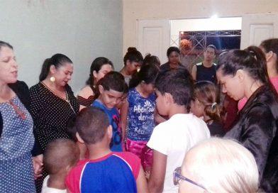Grupo familiar na casa da irmã Dalva reúne pessoas de várias partes da cidade de AG
